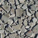 Tagplader af asbest og eternit, knuste